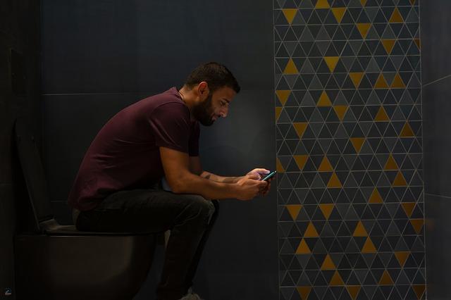homme au toilette